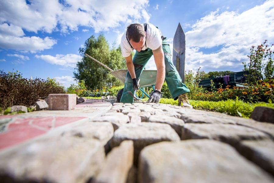 Pflasterarbeiten an einer Terrasse